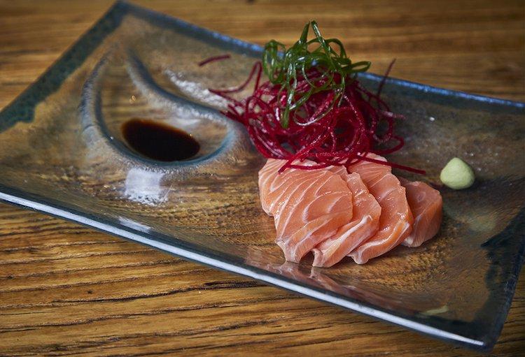 Sashimi de salmón, 4 cortes, shoyu, wasabi, gari