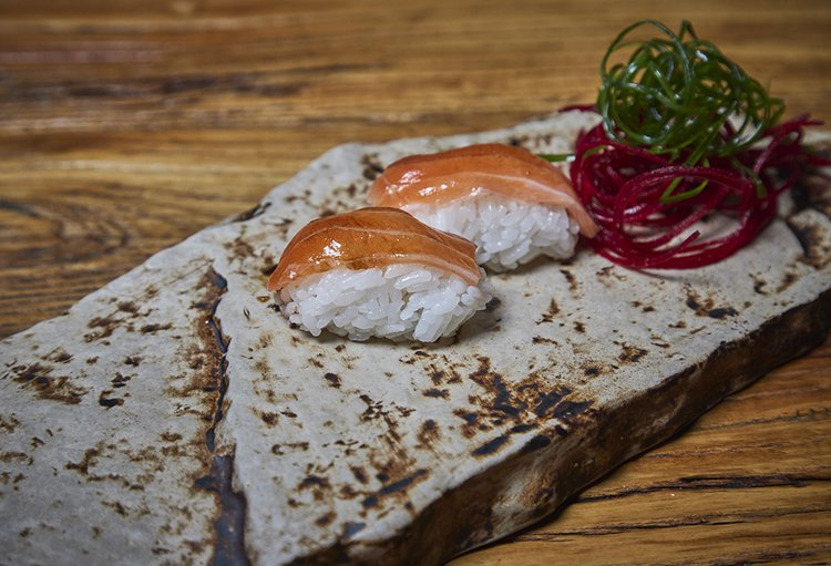Nigiri de shari con cobertura de salmón fresco, 2 cortes, shoyu, wasabi, gari