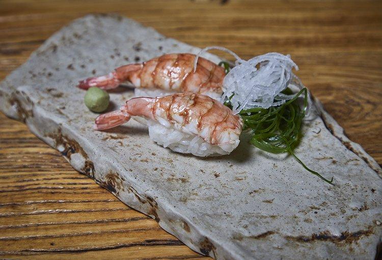Nigiri de shari con cobertura de langostino, 2 cortes, shoyu, wasabi, gari