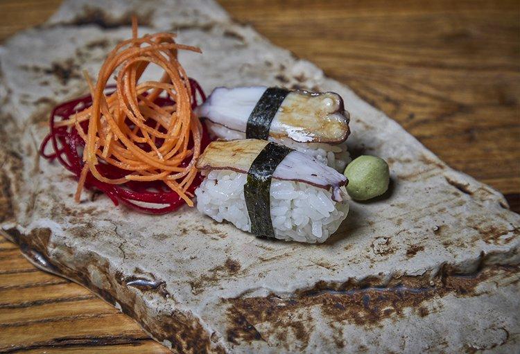 Nigiri de shari con cobertura de pulpo, 2 cortes shoyu, wasabi, gari