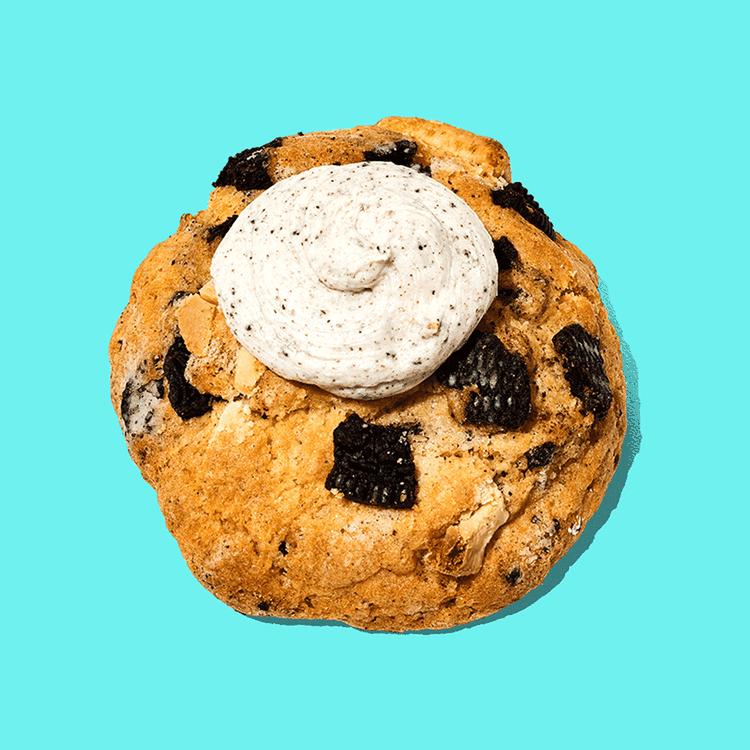 Galletas rellena de trozos de chocolate blanco y trozos de galleta Oreo. Decorada con queso crema y trozos de galleta.  Medida de Producto: 8 cm de diámetro, 6 cm de altura