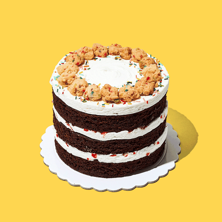 ¡Nuestra Mini torta Brownie de celebración! Hecha con tres capas de brownie, relleno con un delicioso queso crema sabor a menta y caramelos. Con una alegre decoración de galletas y confites.  Medida: 14 cm de diámetro, 9 cm de altura  Porciones: 6 a 8 porciones