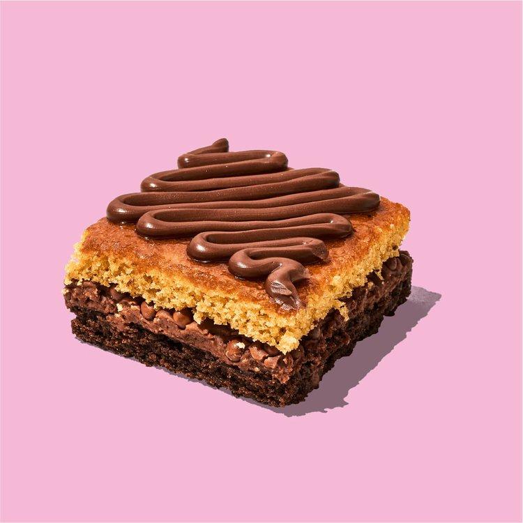 Brownie con un delicioso relleno de crema de avellanas y decorada con Nutella. Pidela aquí y llénate de alegría.  Descripción: Brownie blondie por arriba y brownie de chocolate por debajo, con relleno de crema de avellanas. Decorada con Nutella.  Medida: 6.5 cm de ancho, 6.5 cm de largo, 3.5 cm de altura