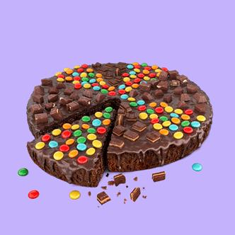 Nuestro pastel Brownie con una deliciosa cobertura sabor a chocolate y con toppings de los mejores chocolates del Perú: Princesa, Sublime, Triángulo y Lentejas.  Medida 22 cm de diámetro aproximadamente. Rinde 10 porciones.
