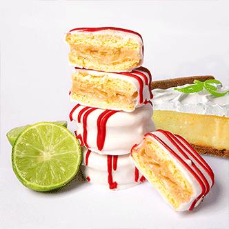 Delicioso mini alfajor relleno de una crema a base de pie de limón con cobertura de glaséy líneas de glasé color rojo.