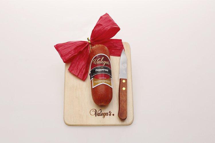 Pepperoni con tablita de madera y cuchillo