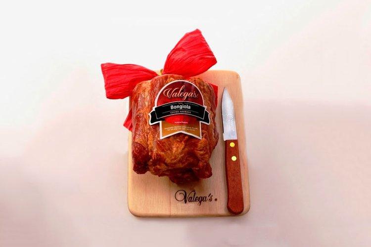 Bongiola Valegas con tabla de madera y cuchillo