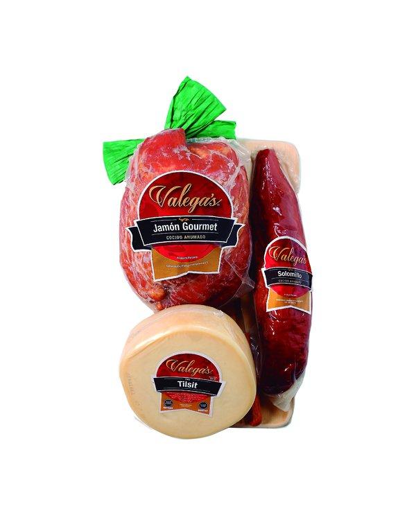 Jamón Gourmet de 1.2kg con tablita de madera y cuchillo,acompañado por 450gr de queso tipo Tilsit y 350gr de delicioso solomillo