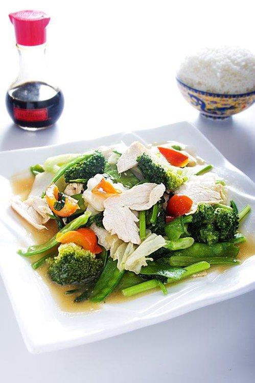 Platillo saludable que consiste en un pollo salteado con alegres verduras.