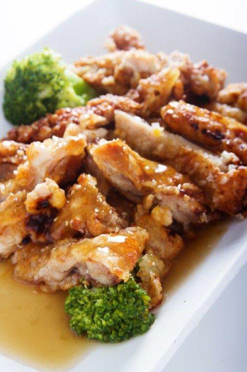 Crocante pollo enharinado frito cubierta de salsa de mensi, tausi y sillao.