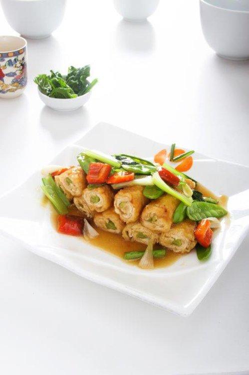 Espárragos envueltos en pechuga de pollo y verduras salteadas. Como para no hacerle trampa a la dieta.