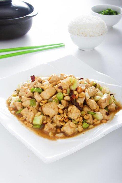 Delicioso polllo con verduras acompañado de mani.