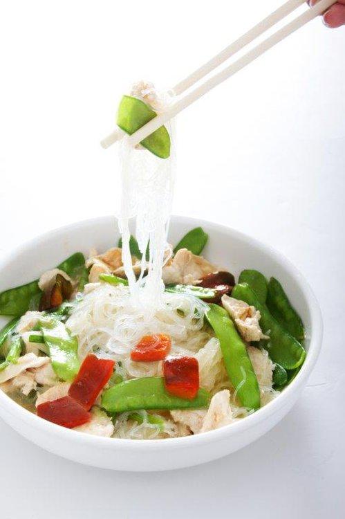 Fideo chino salteado con pollo y verduras.