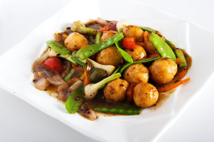 Bolas de langostinos acompañados de verduras en una deliciosa salsa tausí.
