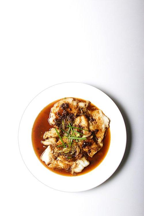 Pescado del día cocido al vapor y cubierto por una deliciosa salsa mensí.