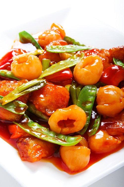 Chicharron de pescado con verduras envueltos en salsa de tamarindo con el toque del lay chi.