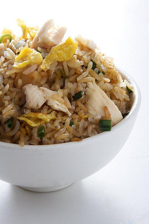 Arroz salteado con pollo, huevo y cebolla china.