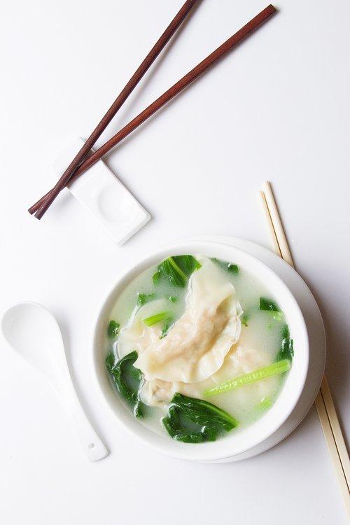 Sopa de pollo acompañado de media docena de Suy Kao