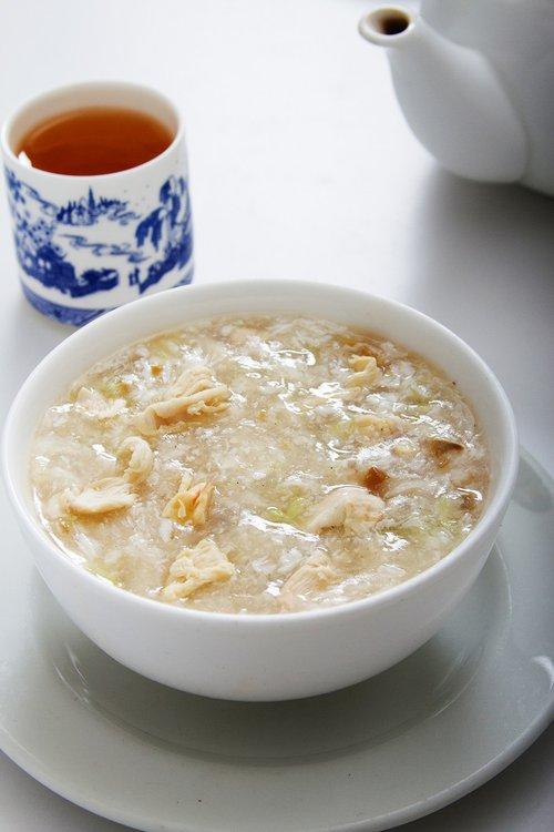 Sopa de pollo con huevo batido y verduraas.