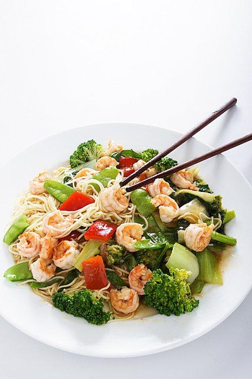 Una delicia del mar y tallarines de artesano se dan encuentro sobre el wok. Las verduras son testigo. El resto es historia.