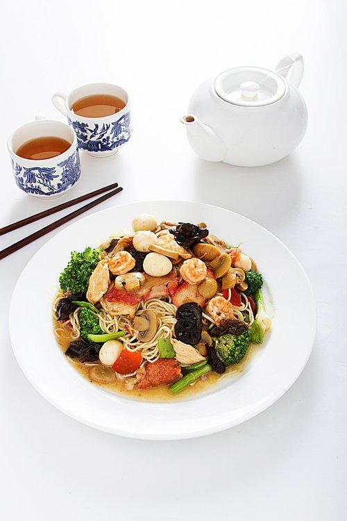 Tallarin con pollo, chancho, pato, langostino, carne de res, huevo de codorniz, champiñones y verduras.