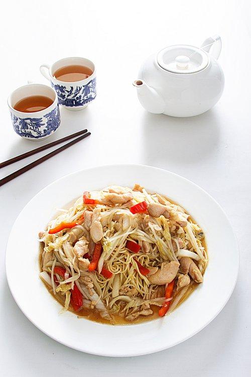 Tallarin con pollo acompañado de verduras salteadas.