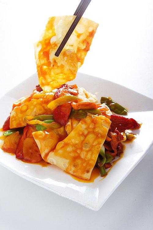 Cerdo, pollo, pato asado y langostino. Piña, verduras, tamarindo. Crujiente, cocido y agridulce. ¡Este plato lo tiene todo!