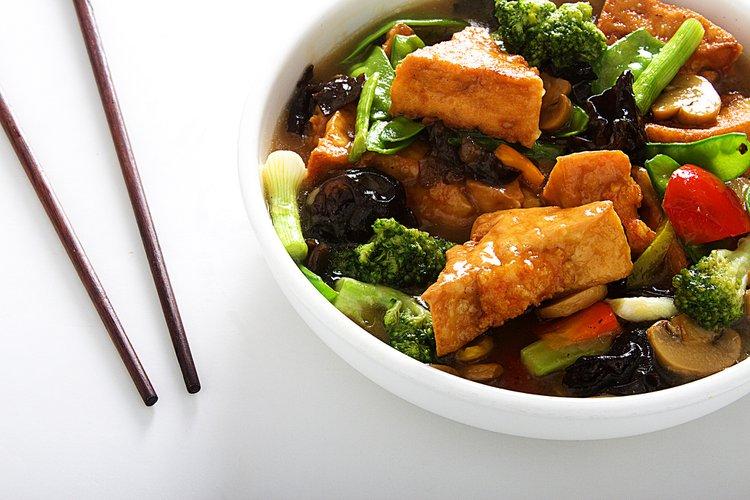 Nuestro tofu de casa relleno con langostino y salteado con deliciosas verduras. Por platos como este es que FU SEN tiene fans, no comensales.