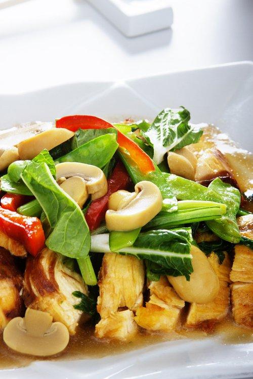 Pechuga de pollo servida con un rico salteado de champiñones y verduras.