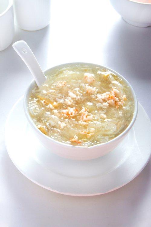 Sopa de pollo con fideo Fan si con chancho, langostino, huevo batido y verduras.