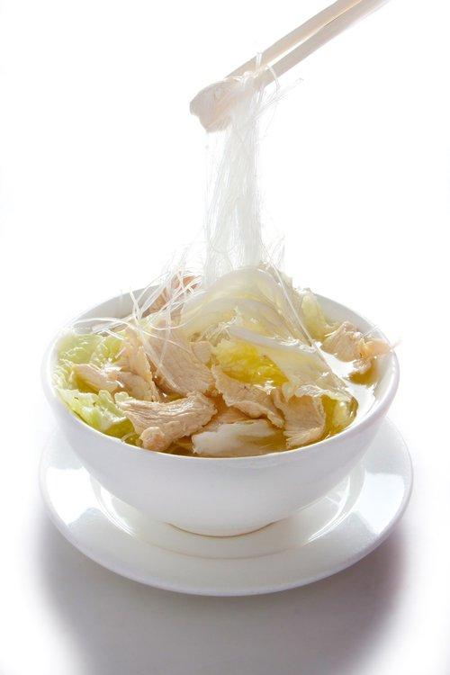 Deliciosa sopa de pollo con fideo de huevo.