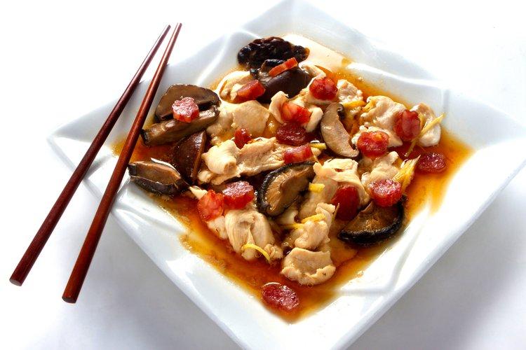 Filete de pollo con hongos y salchicha china al horno.