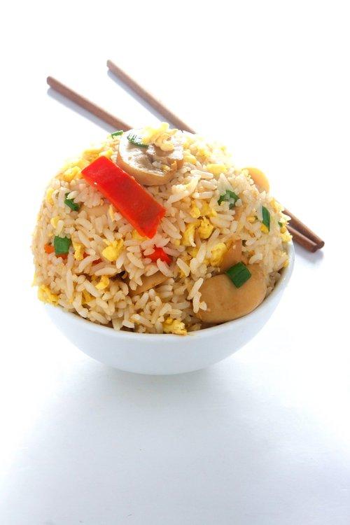 ¿Cansado de la carne? Esta opción te encantará. Saltado de verduras y hongos con el clásico arroz frito.