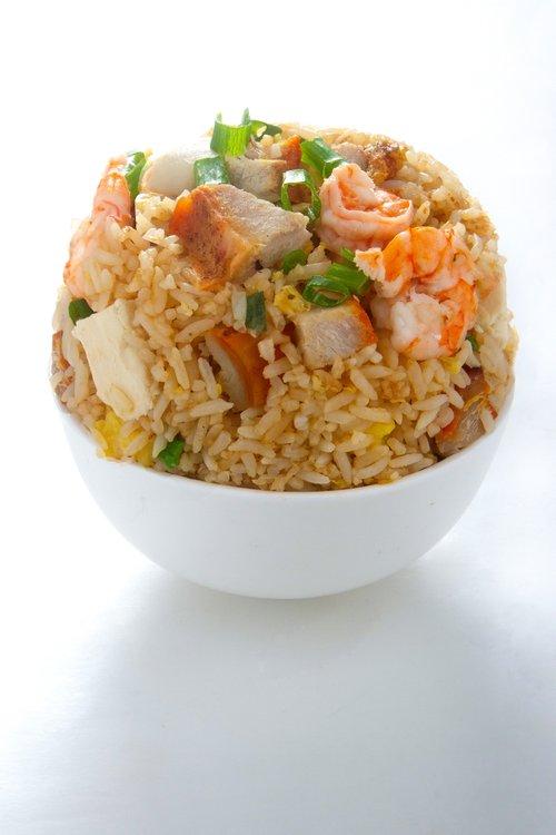 Arroz salteado con chancho asado, langostino, pollo, huevo, cebolla china al mejor estilo FU SEN.