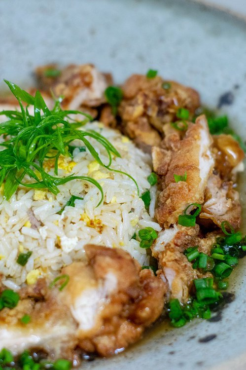 Un clásico. Delicioso Chaufa de pollo con Chi Jau Kay.