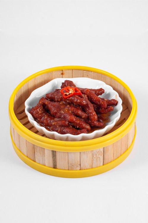 Patitas de pollo, fritas, marinadas con mani para luego terminar su cocción al vapor, una especialidad y delicia cantonesa.